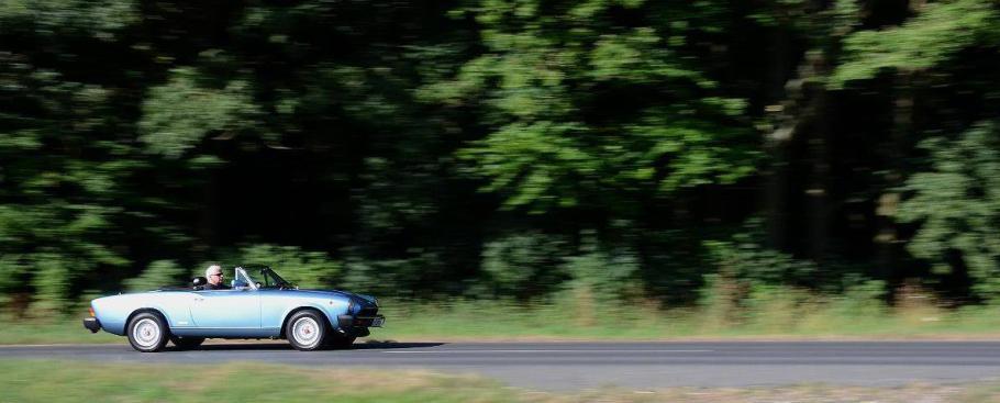 Fiat 124 Spider in Fahrt